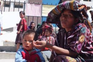 Mujer maya mam, en vigilia en el frontis de la Torre de Tribunales. Huehuetenango. OI