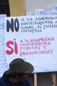 Pancarta en manifestación indígena campesina frente al Congreso de la República de Guatemala. O.I.
