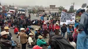 Indigenas quichés tapan carretera en Nahualá, Sololá. O.I.